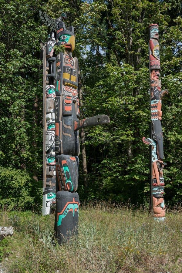 2016-July-17 : Mâts totémiques situés à Stanley Park Vancouver Brit photo libre de droits