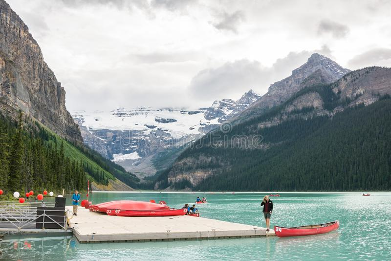 2016-July-01: Turister som kayaking på Lake Louise, lokaliserade på den Banff nationalparken Alberta Canada royaltyfri bild