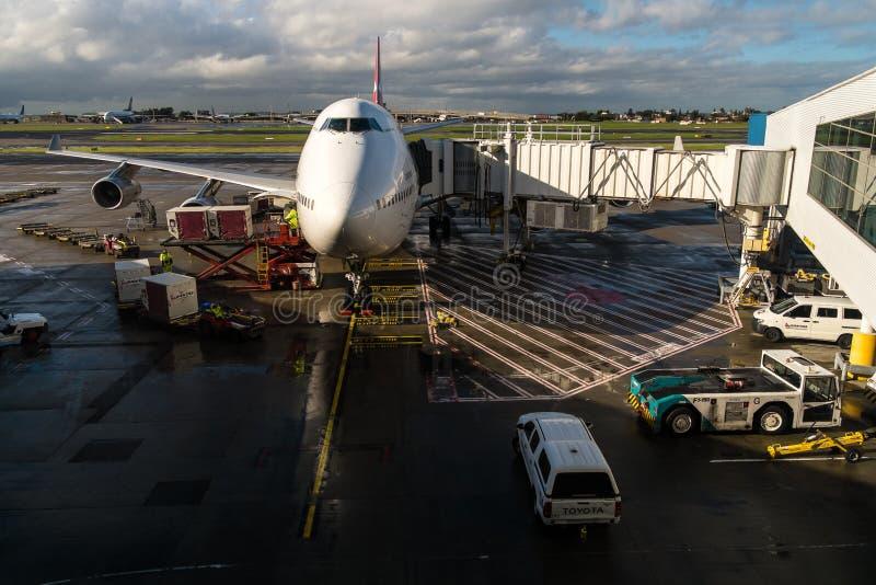 Jumbo de Boeing 747 atracado en el aeropuerto fotos de archivo