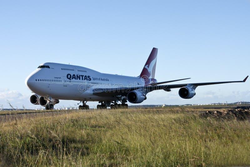 Jumbo De Qantas Boeing 747 En Cauce Imagen de archivo editorial