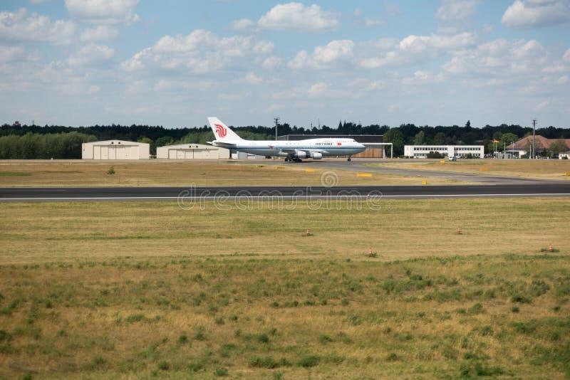 Jumbo del aire de Boeing 747-400 China en Berlin Tegel International Airport El jumbo es la mayoría del avión popular usado en ca foto de archivo libre de regalías
