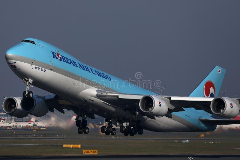 Jumbo del carico di Korean Air che decolla dalla pista fotografia stock libera da diritti