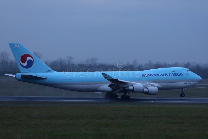 Jumbo del carico di Korean Air che decolla dalla pista fotografia stock