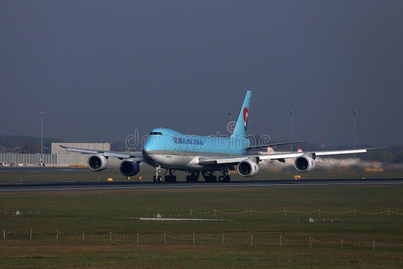 Jumbo del carico di Korean Air che decolla dalla pista fotografie stock