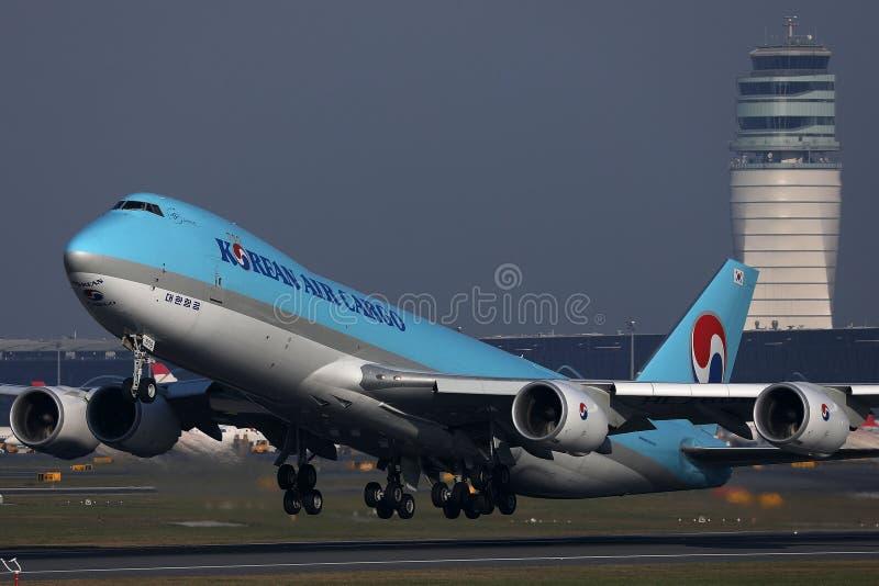 Jumbo del carico di Korean Air che decolla dalla pista, vista del primo piano fotografia stock libera da diritti