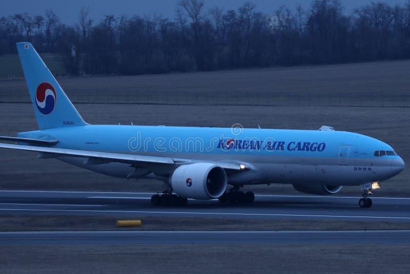 Jumbo del carico di Korean Air che rulla sulla pista di rullaggio immagini stock
