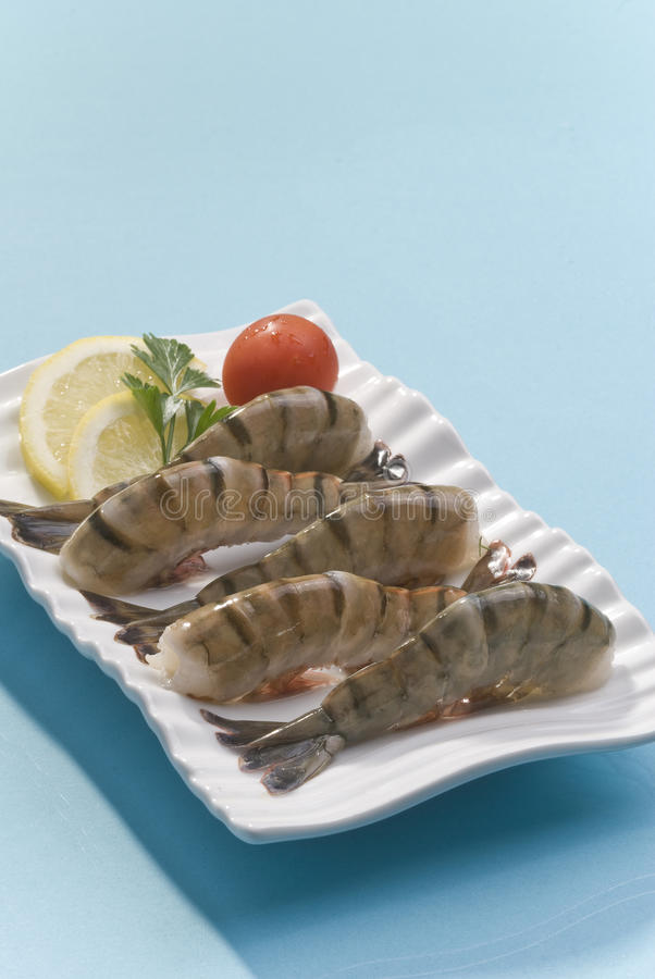 Free Jumbo Headless Shrimps With Lemon And Cherry Tomato On White Plate Royalty Free Stock Photography - 92976527