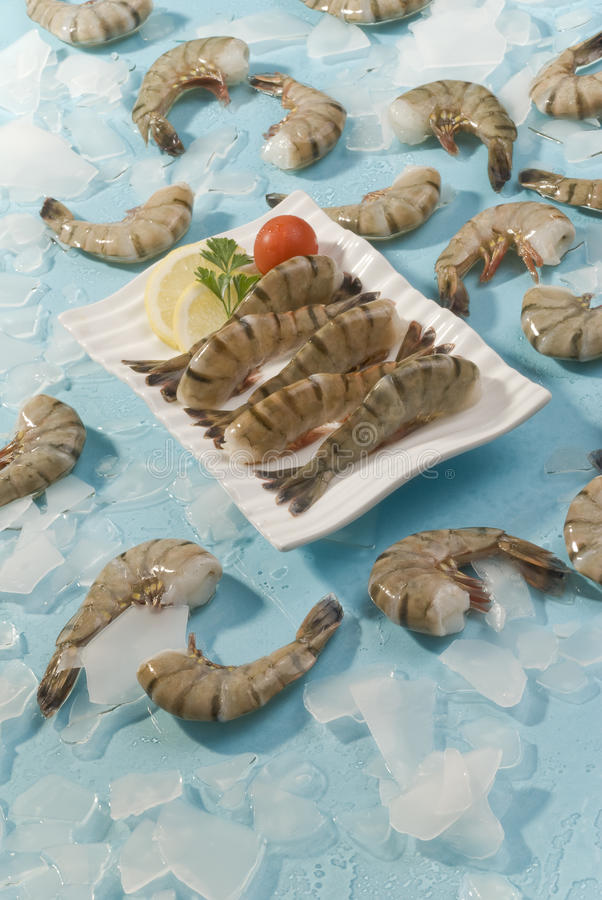 Free Jumbo Headless Shrimps With Lemon And Cherry Tomato On White Plate Royalty Free Stock Photos - 92976798