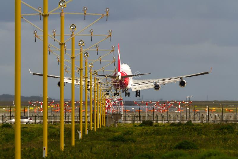 Jumbo jet samolotu lądowanie przy lotniskiem obraz stock