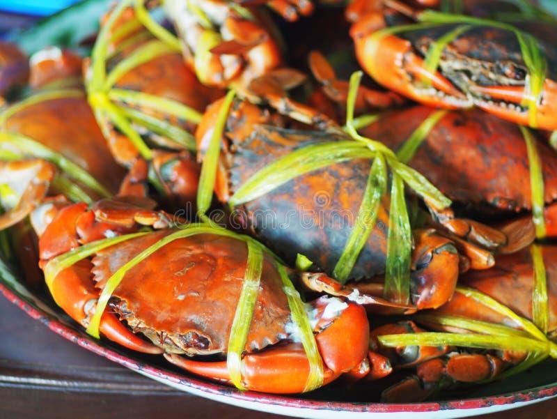 Jumboformatet kokade lagade mat havskrabbor i orange färgtidvatten med det gula plast- repet royaltyfri bild