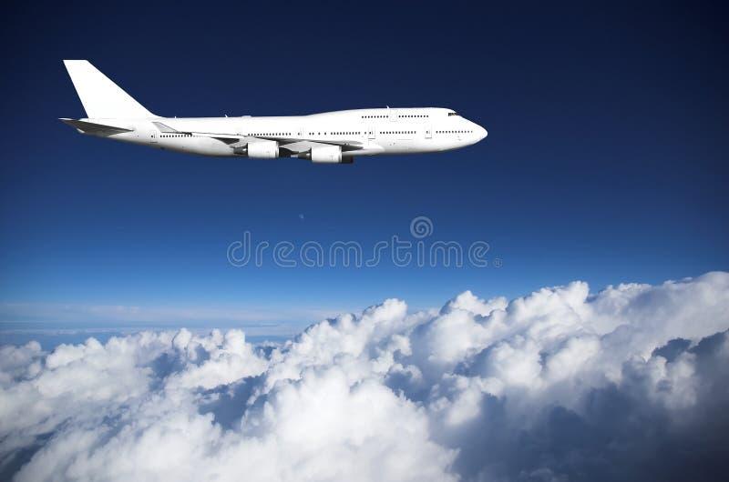 Jumbojet boven wolken stock foto
