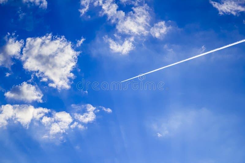 Jumbojet vliegtuig op grote hoogte in een heldere hemel royalty-vrije stock afbeeldingen