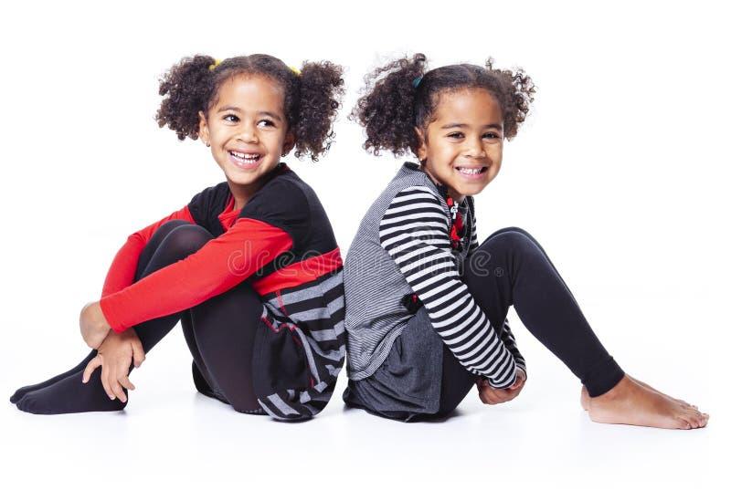 Jumeau mignon d'afro-américain sur le fond blanc photos libres de droits