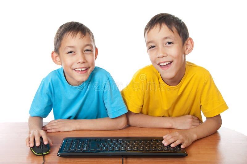 Jumeaux avec la souris et le clavier d'ordinateur photo libre de droits