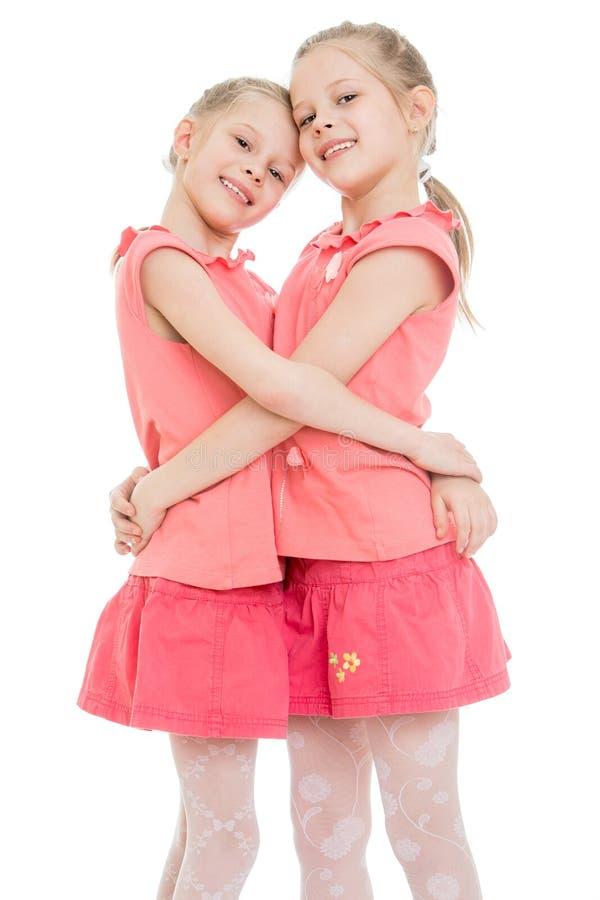 Jumeaux de filles étreignant, plan rapproché photo libre de droits