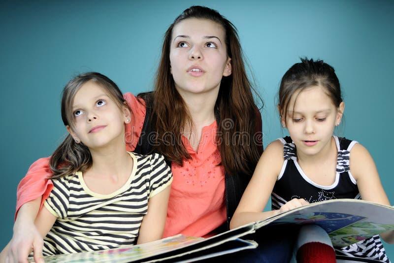 Jumeaux et jeune étude d'éducateur images stock