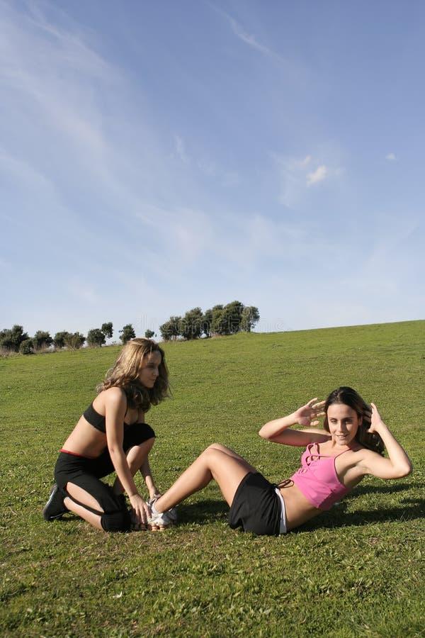 Download Jumeaux faisant des sports photo stock. Image du femme - 4350628