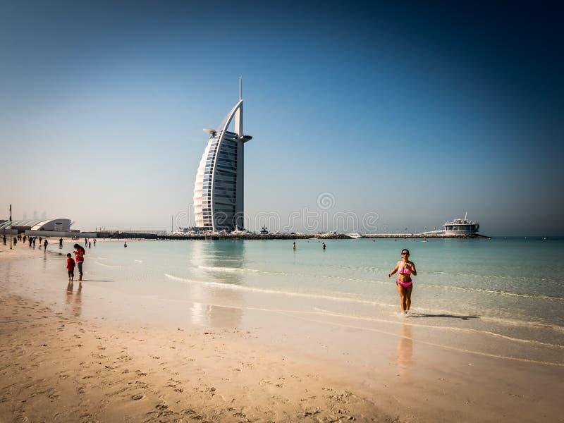 Jumeirah海滩和Burj Al阿拉伯人在迪拜 免版税库存图片