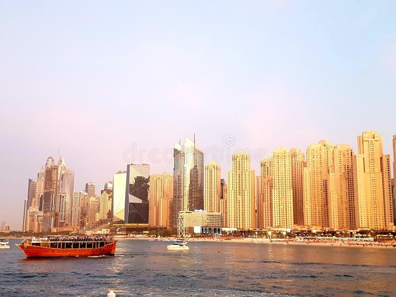 Jumeirah Wyrzucać na brzeg linia horyzontu w słonecznym dniu, Dubaj Marina okręg zdjęcia royalty free