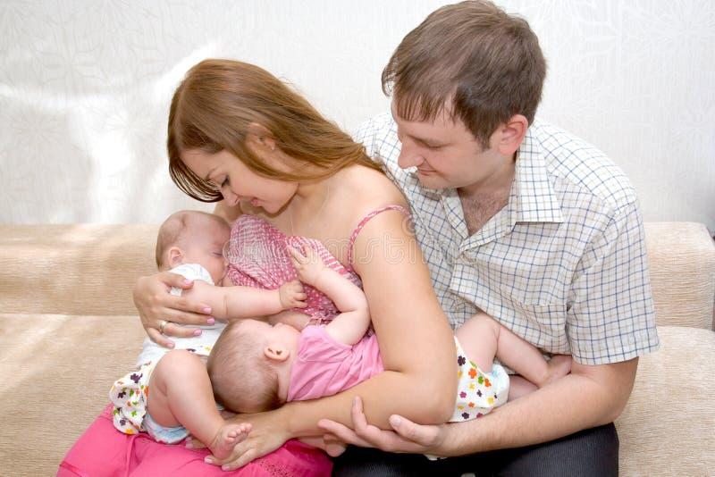 Jumelle de allaitement de deux petites soeurs images stock