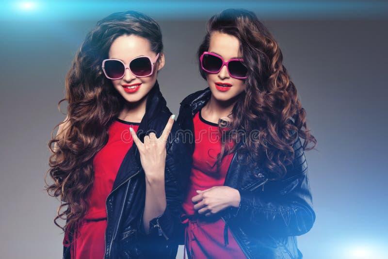 Jumelles de soeurs dans rire en verre de soleil de hippie Modèle de mode deux photos libres de droits