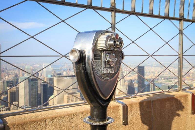 Jumelles sur la plate-forme d'observation d'Empire State Building dans les heures-homme photos stock