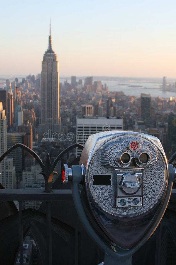 Jumelles visualisant l'Empire State Building photos stock