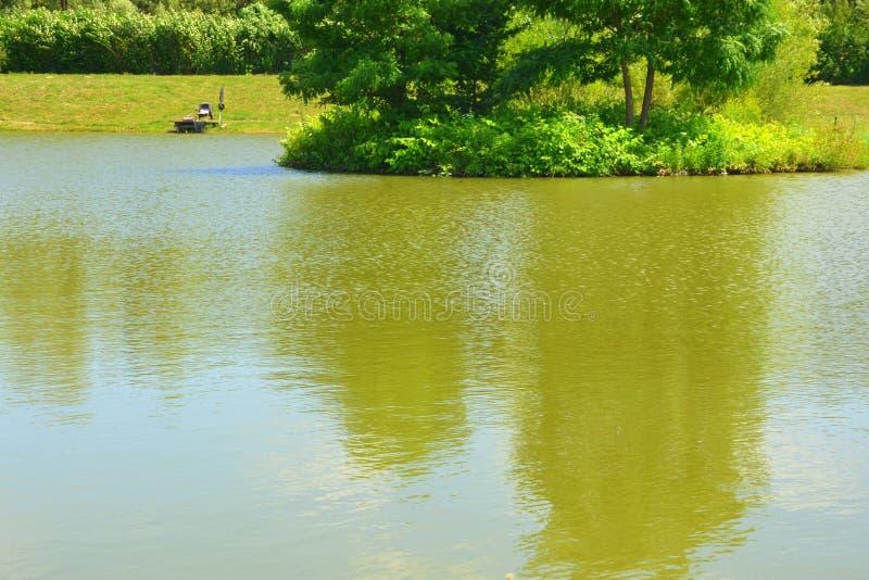 Jument d'Aita de lac Paysage rural typique dans les plaines de la Transylvanie, Roumanie image stock
