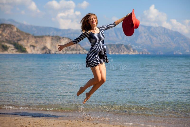 Jumpin kvinna royaltyfria foton