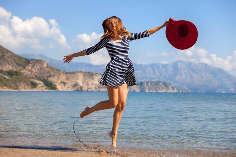 Jumpin kvinna royaltyfri bild