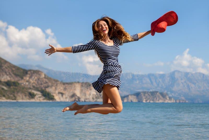 Jumpin kvinna arkivbild