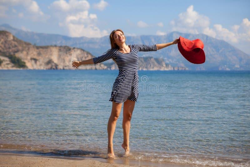 Jumpin kvinna royaltyfri foto