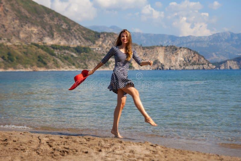 Jumpin kvinna royaltyfria bilder