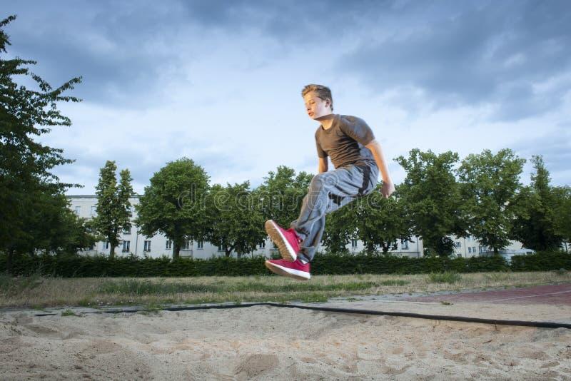 Jumpin lungo nella sabbia fotografia stock