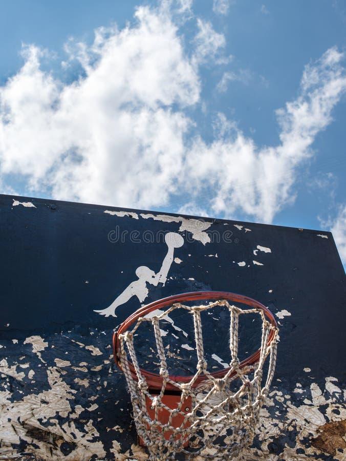 Jumpman logo vid Nike på den gamla basketmålbrädan royaltyfri foto