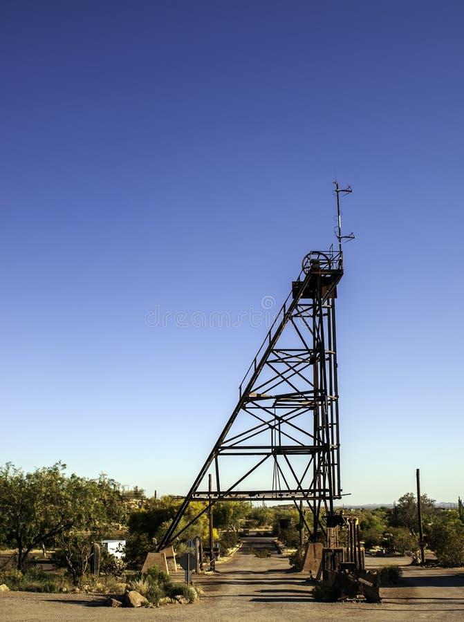 Junção de Apache, o Arizona, EUA 04/25/2019 do elevador da mina sobre a entrada à cidade fantasma da jazida de ouro imagens de stock