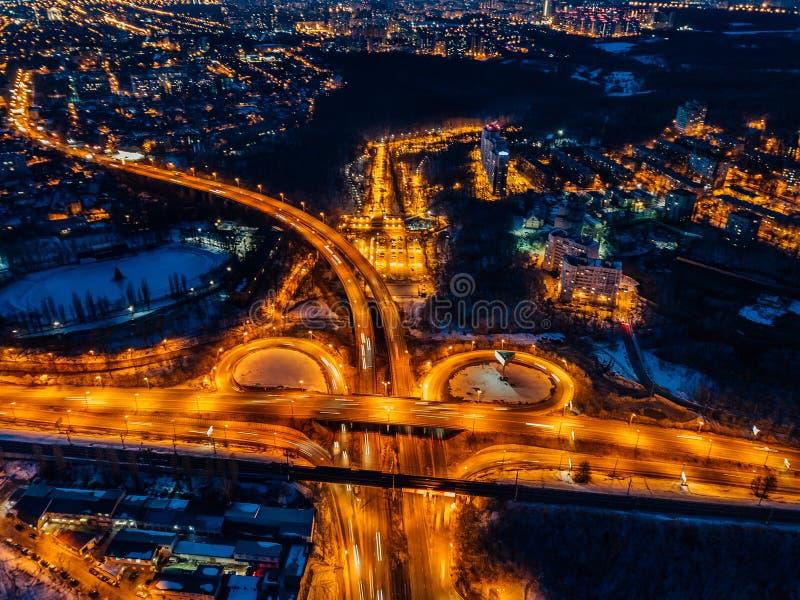 Junção do transporte na noite do inverno, vista aérea do zangão imagens de stock