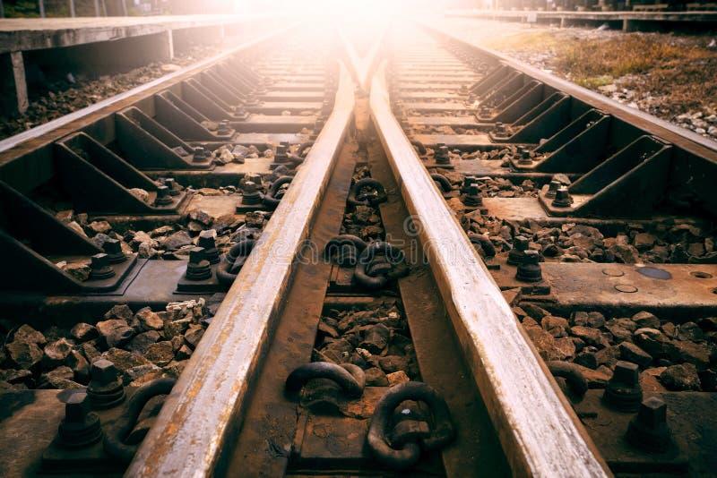 Junção do uso da trilha de estradas de ferro para o transporte dos trens e o tra da terra foto de stock