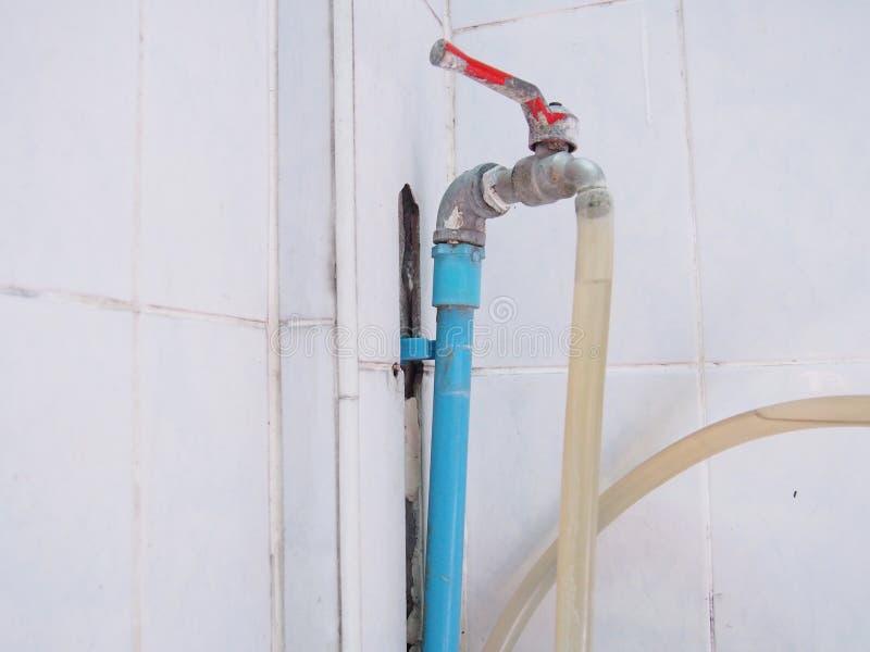 Junção quebrada da tubulação, água velha do torneira fotos de stock