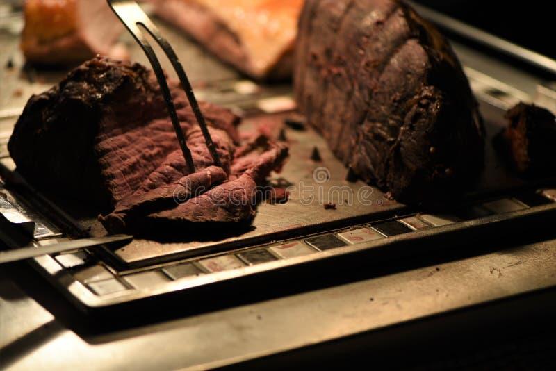 Junção suculento do assado da carne macia que está sendo cinzelada imagens de stock royalty free
