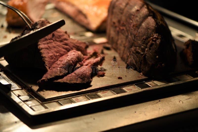 Junção suculento do assado da carne que está sendo cinzelada fotografia de stock royalty free