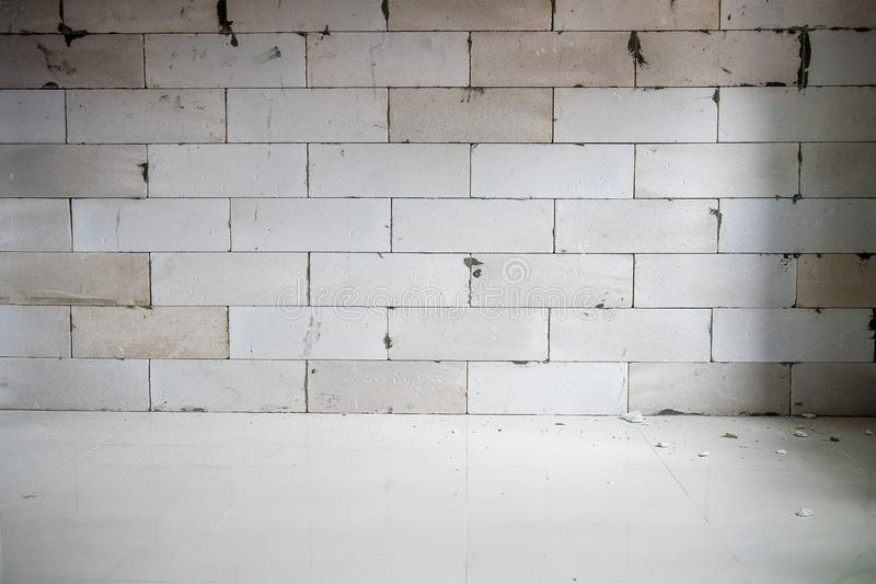 Junções incompletas da mostra da sala da renovação do tijolo, construindo para ser a parede antes de emplastrar imagens de stock