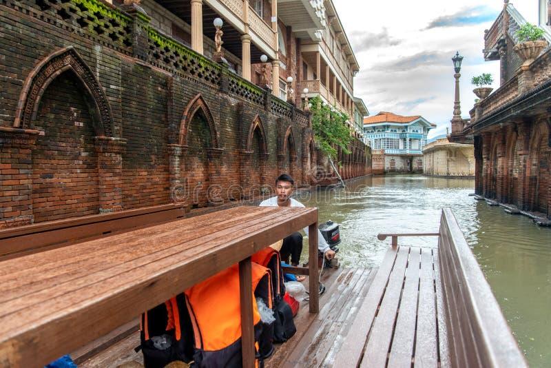 Jun 30.2018: Boatman die een boot bij Las-casasfilipinas, Bataan, Filippijnen drijven stock fotografie