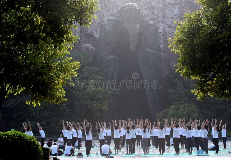 Huaian, jiangsu: two days of summer solstice yoga and a day of worship by yoga lovers advocate healthy life stock images