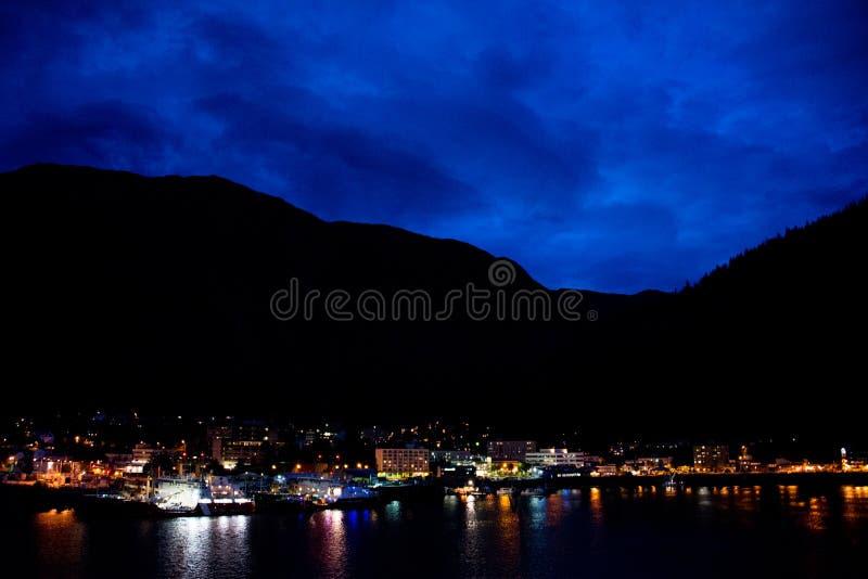 Juneau, Alaska na noite imagens de stock royalty free