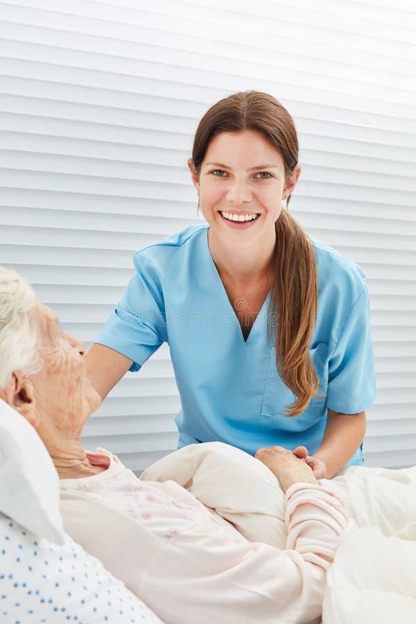 _jung Frau als ein Krankenschwester oder Pflegekraft lizenzfreies stockbild