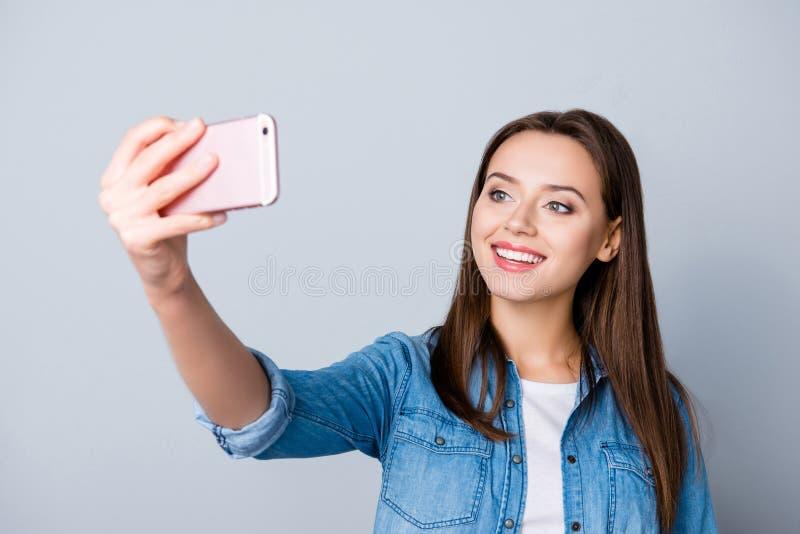 Jung, lächelnd, nettes, hübsches Mädchen, das Videoanruf mit gutem herein hat lizenzfreie stockfotos