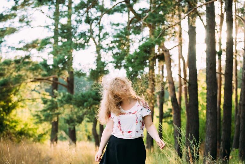 Jung recht plus Größen-kaukasische glückliche lächelnde lachende Mädchen-Frau stockfotos