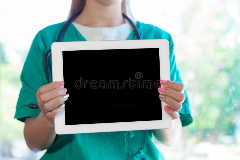 Junge Ärztin mit einem iPad lizenzfreie stockfotografie