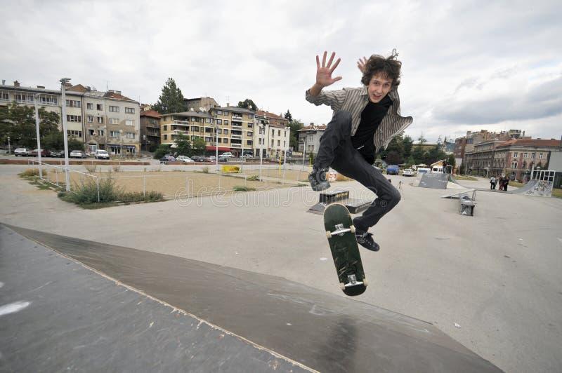 Junge übendes skateboarding lizenzfreie stockfotos